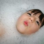Trucos para lavar el pelo a tus hijos y no morir en el intento