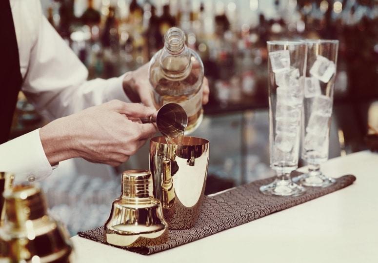 5 curiosidades sobre la coctelería que te convertirán en el rey de la noche