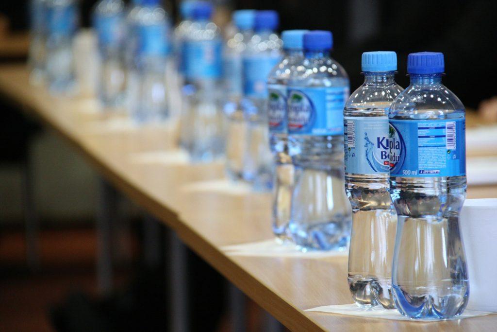beneficios del agua embotellada