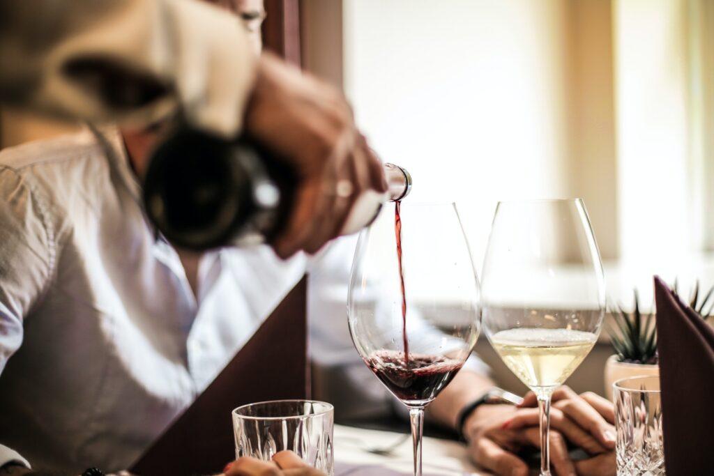 disfrutar servir vino